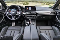 BMW má propracovanou logiku nastavování různých systémů vozu. Dvě nastavení lze uložit pod tlačítka M1 a M2 na volantu – jimi se lze navíc také vrátit ke komfortnímu nastavení