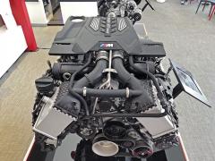 Motor 4,4 litru V8 s dvojicí dvoukomorových turbodmychadel zaujme nejen samotným výkonem, ale také rychlostmi reakcí ischopností točit přes 7000 min-1