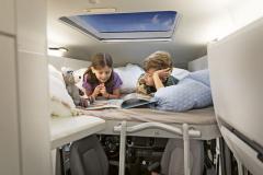 Grand California 600 může mít v alkovně dvoulůžko pro děti sdélkou 1,65 m