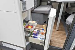 Lednice s mrazicím boxem umístěná pod kuchyňskou linkou