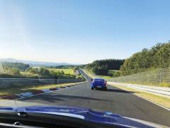 Mezi Flugplatzem azatáčkou Schwedenkreuz je krásný výhled. Při rychlé jízdě si ho nevšimnete, tady se jezdí hodně přes 200 km/h...