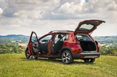 Základní objem zavazadlového prostoru v případě Peugeotu 2008 činí 360 litrů. Na trhu najdeme i větší malá SUV, ale pro běžné potřeby to bohatě stačí