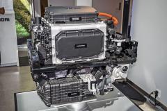 Modul umístěný pod kapotou obsahuje vesvé spodní části hnací elektromotor, kompresor, palivový článek a zcela nahoře najdeme box propojující vysokonapěťové systémy