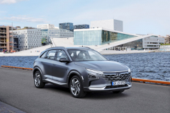 Z praktického pohledu je vodíkový Hyundai Nexo nevšedně tvarovaný a především prostorný crossover, který se při jízdě chová jako klasický elektromobil. Prodávat se bude ina českém trhu