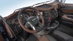 Pracoviště řidiče modelu DAF XF 480 je bohatě a komfortně vybavené. Ergonomie rozmístění ovládacích a komfortních prvků je takřka bezchybná