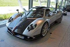 """Šasi č. 2 Zonda La Nonna (1998), které sloužilo ke zkouškám všech verzí Zondy a jejich komponentů. Ke """"komplikovanému hledání jednoduchých nápadů"""". Zkoušeli v něm evoluční motor Mercedes AMG M120 V12, nové aerodynamické detaily a materiály. S prototypem """"babičkou"""" Grandma ujeli 550000 km"""