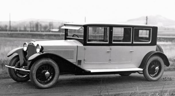 Nástavková limuzína Tatra 17 sposuvnými okny ve dveřích anárazníkem (1926)