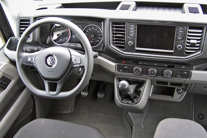 Volkswagen – Standardní, ergonomicky výborná a dílensky kvalitně provedená palubní deska Crafteru se také dobře udržuje čistá, spínač vpravo avizuje, že je za příplatek namontována uzávěrka zadního diferenciálu