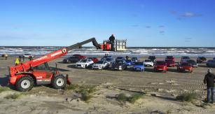 Společné focení testovaných automobilů patří k tradicím jízdních zkoušek v Tannisu. Zde přípravy na snímek z letošního ročníku. Z nadhledu se ukázalo, že většina automobilů jsou SUV…