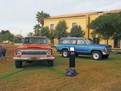 První generace typu Jeep Cherokee nesla označení SJ. Vlevo Cherokee Levi Edition (1978) připravený ve spolupráci s producentem kalhot Levi-Strauss, vpravo o dva roky novější Cherokee ve vrcholném provedení Chief. Oba pohání V8 OHV s objemem 5,9 l avýkonem 130 kW (177 k) v kombinaci s třístupňovou samočinnou převodovkou. Obě nápravy jsou tuhé a zavěšené na podélných půleliptických perech a kapalinových tlumičích