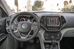 Palubní desky Jeepu Cherokee se čerstvý facelift dotkl pouze okrajově. Jejímu středu vévodí dotykový monitor čtvrté generace multimediálního systému Uconnect s úhlopříčkou až 8,4 palce