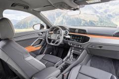 V typu Q3 nemá displej navigace haptickou odezvu jako ve větších typech Audi. Ovladače klimatizace jsou mechanické