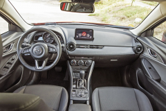 Palubní deska pochází z hatchbacku Mazda 2. Působí jednoduše a je dostatečně funkční