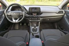 Pracoviště řidiče je i v prakticky nejlevnějším provedení přehledně a bohatě vybaveno. Nechybí ani multifunkční volant s ovládáním audiosoustavy a tempomatu