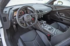 Nízko umístěná sedadla a výrazné zaměření na řidiče, typické pro všechny verze Audi R8. Jízdní režimy se volí tlačítkem na volantu