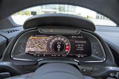 Displej nahrazující hlavní přístroje zastává v R8 také funkci hlavního monitoru navigace a multimediálních systémů