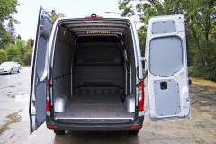 Nákladový prostor nabízí objem 10,5 m3 a celkem 10 upevňovacích ok