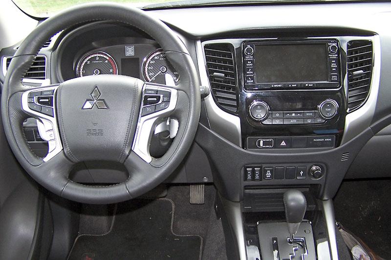Pracoviště řidiče je přehledné, převládají klasické spínače aovladače