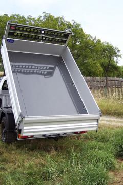 Korba je sklopná dotří stran aje doplněná oochrannou přepážku zadního skla kabiny