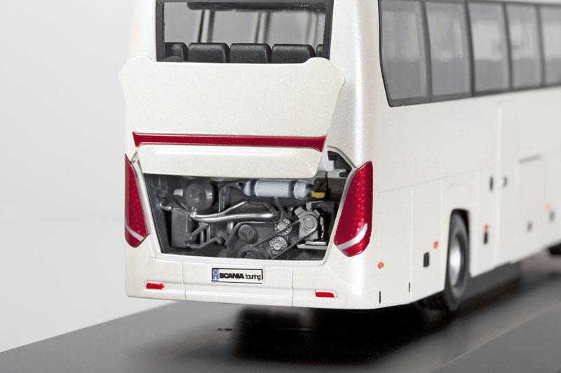 Plnoformátové víko na zádi umožňuje snadný přístup pro denní servis motoru