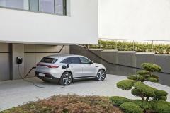 Mercedes-Benz EQC 400 má na palubě nabíječku svýkonem 7 kW. Vnabídce jsou také nástěnné nabíječky pro domácnost