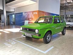 Golf 1 Elektro vznikl v počtu 20 kusů mezi roky 1976 a 1981. S motorem o výkonu 15 kW (20 k) pohánějícím přední kola jel až 80 km/h, akumulátory 13,4 kWh stačily na přibližně 50 km jízdy