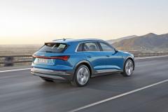 Audi e-tron svojí délkou 4901 mm překonává své přímé konkurenty Jaguar I-Pace aMercedes-Benz EQC