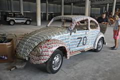 Tento zcela funkční VW Brouk se dostal do Guinnessovy knihy rekordů. Majitel opravny VW F. Pardal za 300 pracovních hodin slepil jeho karoserii pomocí 20 kg lepidla. Jeho syn pracoval v lisabonské nemocnici Santa Maria. Vždy po skončení směny obešel pokoje aposbíral dohromady patnáct tisíc cigaretových krabiček, z nichž bylo 13 686 použito. Karoserie váží 200 až 300 kg. Smutný dovětek: mechanik později spáchal sebevraždu