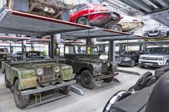 Automobilka vykupuje kusy vhodné pro renovaci do zásoby. Renovace začne ale až poté, co takto uskladněný exemplář najde svého zákazníka