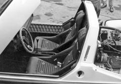 Kupé bylo vybaveno skořepinovými sedačkami, pevně přišroubovanými kpodlaze