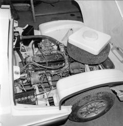 Motor byl uložen podélně před zadní nápravou, náhradní kolo bylo nad převodovkou