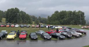 Uprostřed je vidět prapředek všech vozů Porsche – Volkswagen Brouk