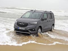 Moře zde dokáže překvapit. Když vlna opadla, zavolal se Jeep Wrangler a Opel Combo brzy zase jezdil