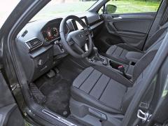 Pracoviště řidiče nepůsobí zdaleka tak dynamicky jako karoserie, ovšem vyniká účelností a komfortem