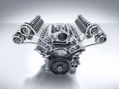 Základem poháněcího ústrojí je osmiválec Mercedes-AMG. Převodovka je až uzadní nápravy