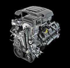 V8 5.7 Hemi si i nadále vystačí s dvouventilovými rozvody OHV aatmosférickým plněním. Překvapuje kultivovaností běhu avýkonem dostupným za všech okolností