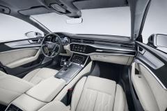 Palubní deska modelu A7 je shodná se stejným prvkem v Audi A6. Zaujme trojicí rozměrných, vzájemně propojených displejů
