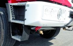 Detail postřikovací trysky (trysek) vpřední části podvozku pro zmírnění žáru hořícího podkladu při zásahu přímo vzóně požáru.