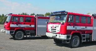 TATRA TERRN01 R55 (vzadu) aTATRA TERRA hasičský speciál (vepředu). Velmi patrné jsou rozdíly vdélce kabiny, zakrytování přechodu mezi kabinou anástavbou, systém LED osvětlení apodstatně vylepšený nástup dozadní části kabiny.