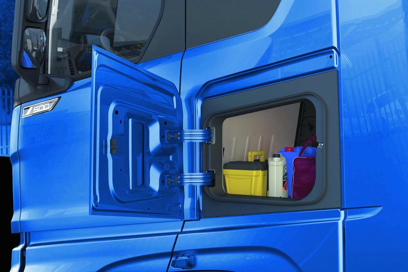 Poobou stranách kabiny jsou umístěny rozměrné schránky primárně dosažitelné otevřením vnějších dvířek až dopravého úhlu. Obě dvě schránky jsou přístupné těž zinteriéru vozidla, odkud je lze také otevřít.