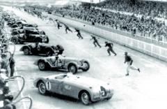 Závod 24 hodin Le Mans 1939 byl právě odstartován ajezdci běží kesvým strojům.
