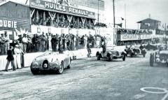 """Start dozávodu 24 hodin Le Mans 1939. Posádka vozu Bugatti T57C """"Tank"""" Jean-Piere Wimille aPierre Veyron se ještě před samotným startem pořádně zapotila. Poškozený motor zprvního tréninku celý tým spravoval aždoranních hodin."""