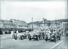 "Startovní rošt Grand Prix Deauville (Normandie) 1936. Zleva: Jean Pierre Wimille, Bugatti T59 st. č. 14, Giuseppe ""Nino"" Farina st. č. 28 aRené Dreyfus st. č. 30, oba dva Alfa Romeo 8C."