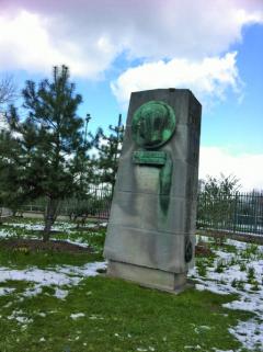 VPorte de Dauphine vzatáčce kBois de Boulogne vPaříži má Jean-Pierre Wimille postaven pomník.
