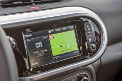 Škoda, že ani sportovní provedení typu Twingo nemá otáčkoměr. Za multimediální systém R-Link snavigací se připlácí 20 tisíc. Součástí příplatku je ale také parkovací kamera