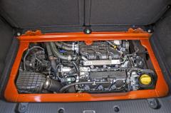 Malý přeplňovaný tříválec řady H4B o objemu 0,9 l posílil u modelu GT na 80 kW. S lehkým automobilem si umí snadno poradit