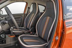 Sedadla s integrovanými hlavovými opěrkami mají i ostatní modely řady Twingo. Specialitou výbavy GT je barevné čalounění s bílým lemem