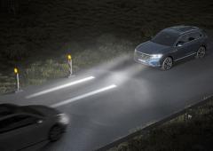 Vývojový prototyp HD světlometů (projekční systém s LCD s rozlišením 30 000 bodů) dokáže na silnici nakreslit například dvojici čar pomáhajících třeba při jízdě vzúžených pruzích