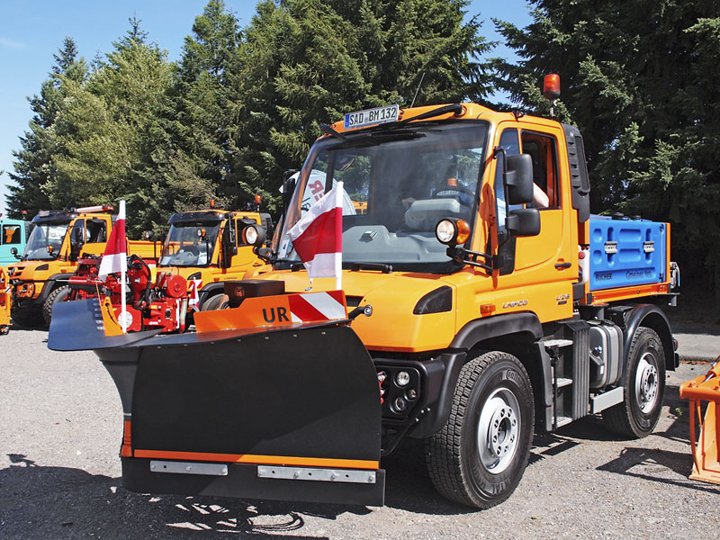 Unimog U 218 se sněhovou radlicí a posypovou nástavbou