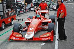 Ve formuli Indy Lights také startují kompozitové monoposty Dallara, ale s přeplňovanými čtyřválci Mazda ovýkonu až 500 koní (368 kW)